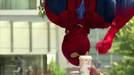 当蜘蛛侠从树上掉落,取走他的饮料,路人要被吓坏了