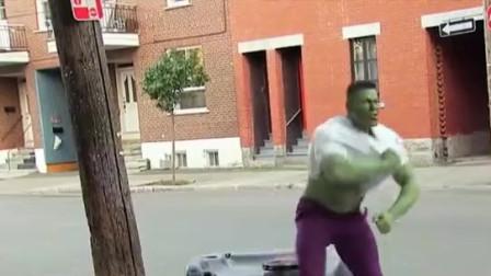 """熊孩子恶搞路人,路人看到被欺凌的小孩突然变成""""绿巨人"""",简直惊呆了!"""