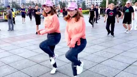 广场鬼步舞《爱情红绿灯》,俩美女配合默契,喜欢的可以学了