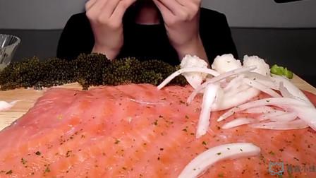 吃货美女吃熏三文鱼,大口大口卷着吃真美味,吃的超过瘾!