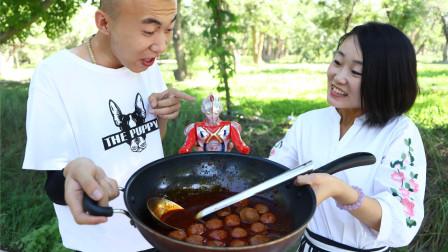 美女卖火锅丸子,二货第一天要吃口红味的,第二天竟要奥特曼味的