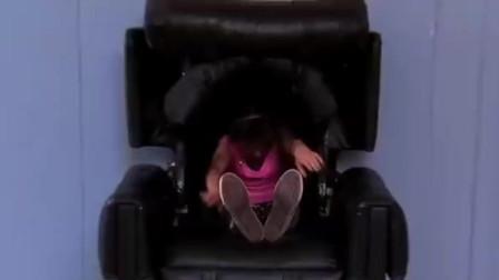 看着突然被按摩椅吞噬的小女孩,路人被吓坏了