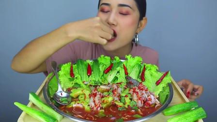 吃播:泰国农村美女吃货试吃生腌海鲜虾,又酸又辣,超级过瘾!