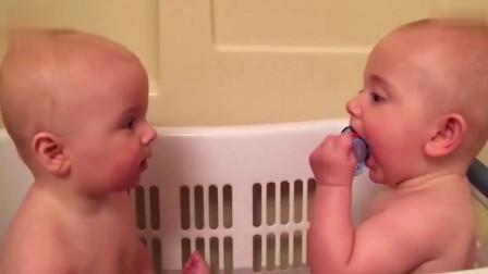 2岁小宝宝接哥哥放学,当看到哥哥的那一瞬间,妈妈暖哭了