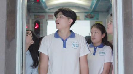 天天笑园:电梯超重,最后进的男同学被推出去了,众人却后悔了!