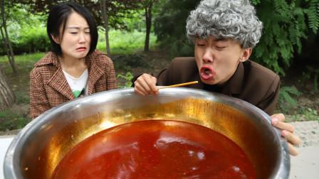 挑战用一根筷子喝火锅汤,喝完奖励汽车,不料小伙竟喝了二十年