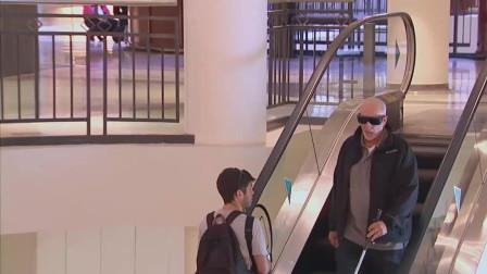 盲人大叔一直在自动扶梯上原地踏步,路人看到都懵了