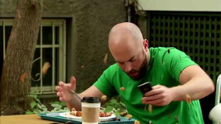 男子假扮盲人厨师恶搞前来用餐的顾客,真的是太坏了
