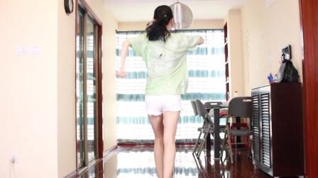 点击观看《小君广场舞15步视频《深水炸弹》简单易学》