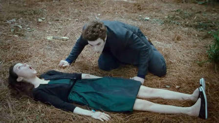 看到女孩的身体受伤,吸血鬼男友没忍住,插上吸管开始猛喝起来