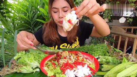 吃播:泰国美女吃货试吃青菜包墨鱼仔,蘸着辣酱吃超过瘾!