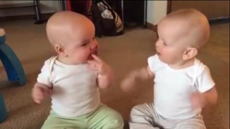 龙凤胎弟弟一把夺走姐姐的奶嘴,接下来姐姐的反应,爸妈要笑翻了