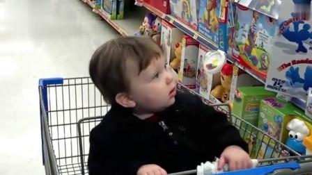小宝宝突然看到陌生的新玩具,接下来的反应把爸爸乐翻了