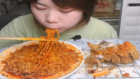 美食吃播:大胃王小姐姐吃炸鸡,加一大盘火鸡面,大口吃的真香!