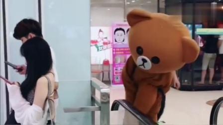 网红熊不老实发传单,竟然在外面捉弄小姐姐,最后也被人整蛊了吧