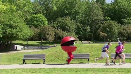 男子扮成吃豆人走在大路上,小女孩看到了赶紧逃跑