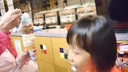 可爱的小孩子吃巨型冰激凌,太可爱了