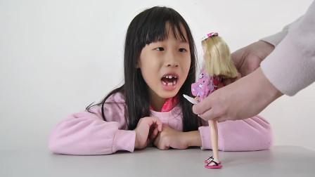 小朋友给娃娃挑选物品,好细心啊