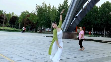 这么好看的广场舞好有仙气儿一旁路过的大姐都羡慕