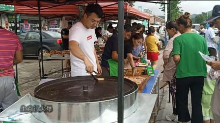 丹东农村赶大集,出现一个新的美食摊位,生意真是特别火爆