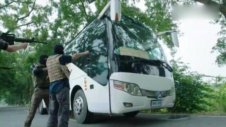 恐怖分子劫持大巴车,没想到车上坐的全是特种兵,当场懵了