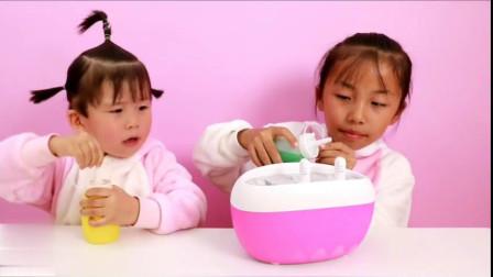 姐姐和妹妹一起做DIY自制冰棍,看起来好好吃啊