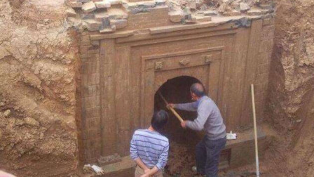 考古队挖掘千年古墓,发现大量珠宝,挖到一半吓得赶紧去请解放军