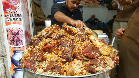印度没有电饭锅,只能用大铝锅焖饭,表面全是货真价实的牛肉!