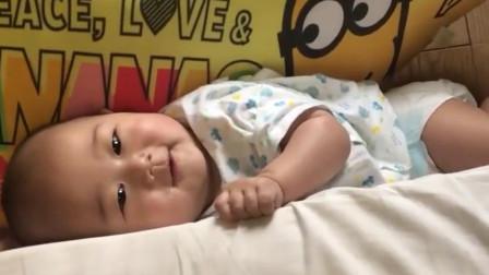 宝宝从床上掉下来,坚决不肯起来,要等妈妈来主持公道