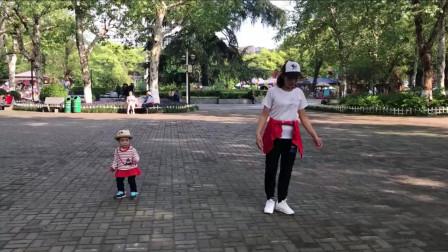 妈妈带萌娃跳鬼步舞《又见山里红》,大家看这小宝跳的好不好?
