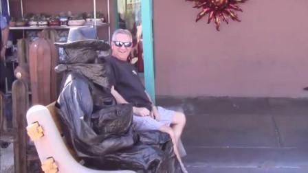 大叔在街头伪装成雕塑,路人懵了