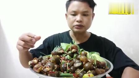 泰国丑大叔吃凉拌田螺,个头很大肉质很肥美,一口一个鲜辣美味