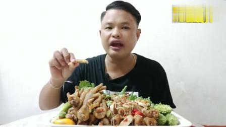 泰国丑大叔吃香辣鸡爪,大口嗦,凉拌鸡爪软糯鲜香很美味,超过瘾