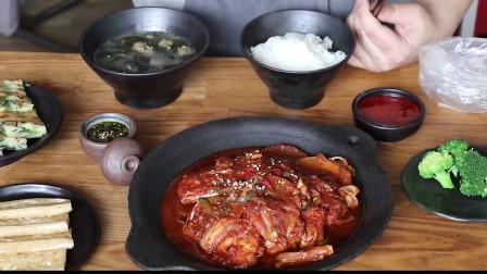 《韩国农村美食》煎的外酥里嫩的豆腐,配上泡菜炖带鱼,这晚饭真丰盛啊