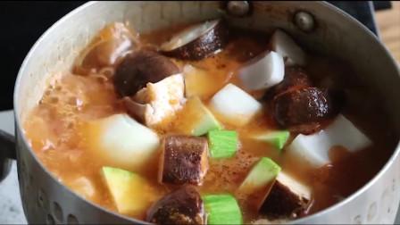 《韩国农村美食》牛肉块炖蔬菜,放入大量的辣酱,煮的咕咕冒泡,好吃