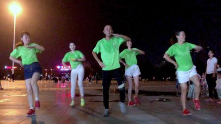 点击观看《河南一老哥带四位美女大跳《花式鬼步舞》朋友圈一夜走红》