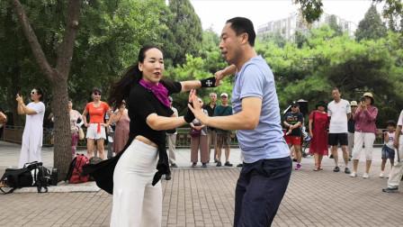 小邢老师和冰雪老师表演吉特巴,舞蹈动感十足,赶快来欣赏吧