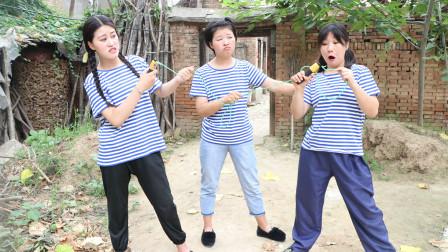 姐妹俩抢着玩小伙伴的跳绳,没想把跳绳扯断了,小伙伴的反应真逗