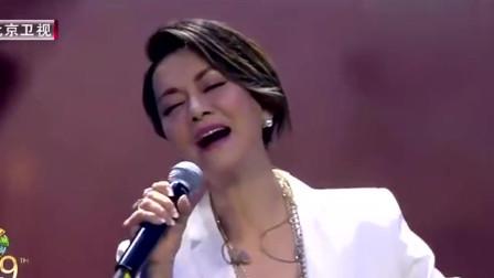 毛阿敏深情一首《我的祖国》,这唱功绝了,唱的太有深度了!