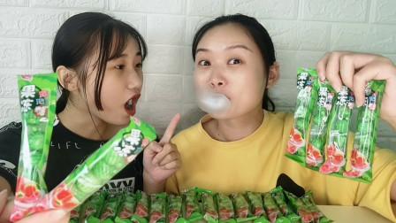 """俩吃货吃""""西瓜泡泡糖"""",绿色迷你味清凉,比赛吹泡开心又好吃"""