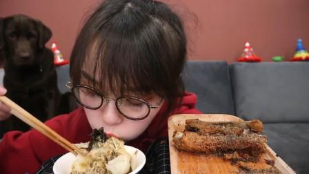 吃货哎呦阿尤吃蟹黄包,配上酥排骨往嘴里塞,隔着屏幕就咽口水!