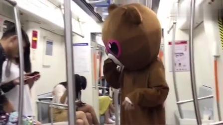 网红熊真的是太调皮了,竟然在地铁上整蛊小情侣,拆散一对是一对