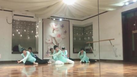 点击观看《好看古典舞视频《花间梦》练习室跳舞》