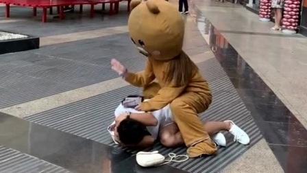 网红熊在外面发传单,却被小哥哥整蛊,真的是太气人了