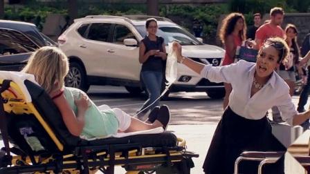"""恶搞:突然看见帅哥竟背着""""孕妇""""和女医勾搭,下一幕美女反应真搞笑"""