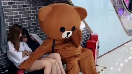 网红熊真是不自量力,竟然敢在小姐姐面前调皮,这下挨打了吧