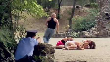 """街头恶搞:走在路上,突然碰上警匪""""大战"""",下一幕美眉反应真搞笑"""