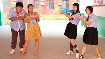 老师和学生玩绝地求生真人游戏,老师1v2秒让女同学团灭,太逗了