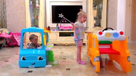 两个调皮的小家伙,看到好玩的玩具就开始争,太顽皮了