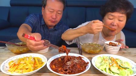 韩国普通家庭的一顿饭,一大桌子的美食,看起来很好吃